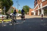 Bydgoszcz, ul. Chodkiewicza. Kierowcy parkowali na chodniku i ścieżce rowerowej. Aby to ukrócić, trzeba było postawić słupki