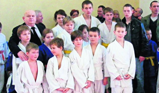 Bernard Ziembikiewicz z grupą swoich młodych wychowanków judo podczas turnieju w Kaczorach
