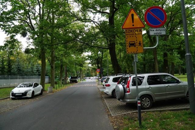Przy ul. Brandstaettera w Poznaniu znajdują się dwie szkoły podstawowe - SP 38 oraz SP 83. Zarząd Dróg Miejskich wprowadza 15-minutowy zakaz wjazdu w tę ulicę, by zapewnić bezpieczeństwo dzieciom, dochodzącym do szkół. Zakaz ma obowiązywać od poniedziałku do piątku.