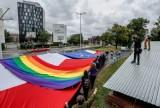 40. rocznica podpisania Porozumień Sierpniowych. Przemaszerowali pod bramę nr 2 Stoczni Gdańskiej z czterema flagami