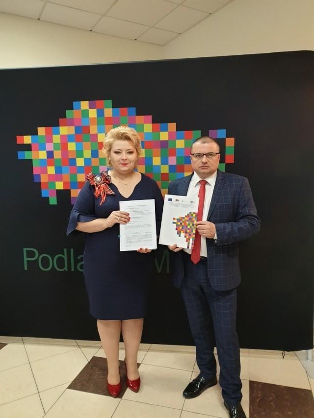 Umowę na realizację inwestycji odebrali wspólnie burmistrz Sokółki Ewa Kulikowska i szef MPWiK Tomasz Breńko