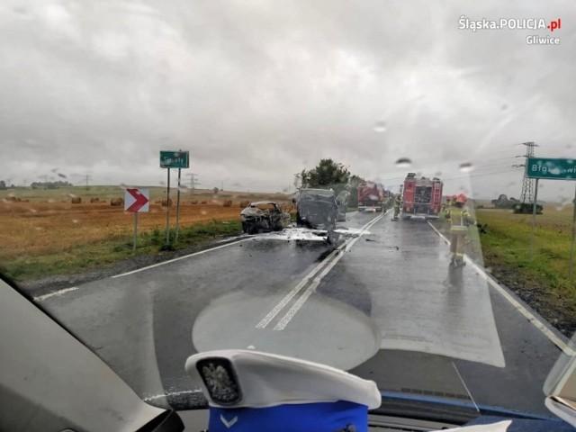 Oba samochody stanęły w płomieniach. Seat 20-letniego strażaka spłonął doszczętnie