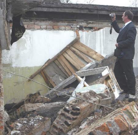 Dariusz Wdowicki, powiatowy inspektor nadzoru budowlanego dokumentuje miejsce, w którym zawalił się budynek.