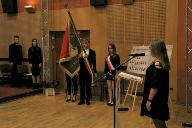 Maturzyści z Liceum Ogólnokształcącego w Międzychodzie odebrali dziś świadectwa (26.04.2019).