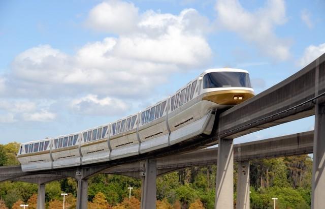Dzielnice, które nie mają szans na budowę metra, miałyby zostać zasilone jednoszynową kolejką naziemną. To rozwiązanie znane z wielu europejskich stolic, chociażby Berlina czy Londynu. - Oczywiście należy go traktować jako uzupełnienie systemu komunikacji miejskiej. To rozwiązanie jest o wiele tańsze niż metro, jego koszt można porównać do budowy trasy tramwajowej – tłumaczy były wiceprezydent. – Jest to jednak środek komunikacji o wiele szybszy i wygodniejszy niż tramwaj, który musi stać na światłach.