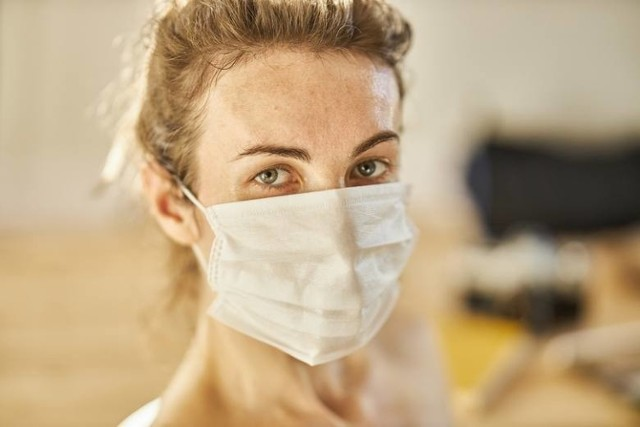 U pacjentów, w przypadku których stwierdzono zakażenie brytyjską odmianą koronawirusa, często pojawia się kaszel, ból gardła i mięśni oraz zmęczenie. Rzadziej występuje utrata węchu i smaku, która jeszcze jakiś czas temu była jednym z najbardziej charakterystycznych objawów zakażenia groźnym wirusem. Jakie jeszcze objawy daje brytyjska odmiana? Zobacz na kolejnych slajdach, posługując się klawiszami strzałek, myszką lub gestami >>>  LISTA OBJAWÓW >>>