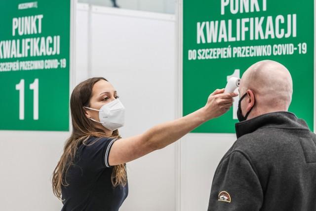 """W środę 15 września ministerstwo zdrowia potwierdziło 757 nowych przypadków koronawirusa w Polsce. W ostatnich dniach dzienna liczba zakażeń oscylowała około 500. Tylu zakażeń jak teraz, nie było w naszym kraju od około trzech miesięcy. Choć wzrost zakażeń w Polsce jest mocno zauważalny, to w Lubuskiem... mamy sytuację odwrotną. W środę potwierdzono osiem przypadków koronawirusa, a wskaźnik zakażeń kolejny dzień poszedł w dół. Aktualnie wynosi on 0,70 os. na 100 tys. mieszkańców. Gdzie odnotowano ostatnie przypadki koronawirusa? Cztery zakażenia były w powiecie żagańskim, dwa - w Gorzowie, a po jednym w powiecie krośnieńskim i zielonogórskim. Nieznacznie poprawiła się sytuacja w lubuskich szpitalach. Aktualnie zajętych jest 14 łóżek """"covidowych"""" (w ciągu doby zwolniło się jedno łóżkko), a do respiratora podłączona jest jedna osoba. Przez ostatnią dobę z powodu COVID-19 zmarło 21 osób. Żadna z nich nie mieszkała w Lubuskiem.  Czytaj również: Jak opanować lęk przed koronawirusem?  WIDEO: Ministerstwo Zdrowia: Niedaleka droga do 1000 zakażeń dziennie"""