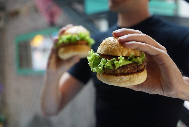 Gdzie zjemy najlepsze burgery w Katowicach? Oto ceny, adresy i menu z najciekawszych 9 lokalizacji.  Zobacz kolejne zdjęcia. Przesuwaj zdjęcia w prawo - naciśnij strzałkę lub przycisk NASTĘPNE