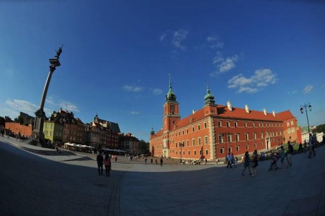 Zamek Królewski w Warszawie znajduje się przy placu Zamkowym 4. To barokowo-klasycystyczny budynek, którego początki sięgają XIV w. Zwiedzanie Zamku Królewskiego jest możliwe przez siedem dni w tygodniu. Godziny otwarcia są dostępne tutaj.   Ceny biletów: * normalny - 23 zł * ulgowy - 15  zł * rodzinny* - 14 zł/os. * dzieci i młodzież do 16 roku życia - 1 zł