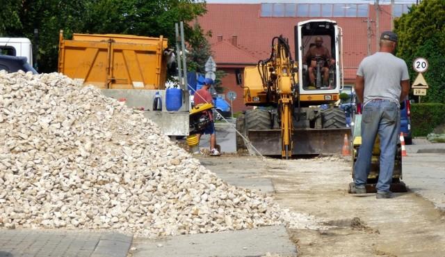 Podczas wakacji prowadzona jest także budowa kanalizacji deszczowej w ulicy Kazimierza Wielkiego w Busku-Zdroju.