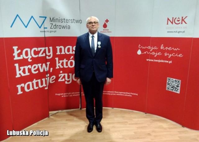 """St. asp. Maciej Witczak, dyżurny Komisariatu Policji w Gubinie został odznaczony medalem przez Ministra Zdrowia """"Zasłużony dla Zdrowia Narodu""""."""