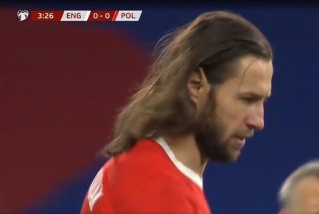 """Chwilę po rozpoczęciu meczu z Anglią (1:2) Grzegorz Krychowiak zgubił gdzieś swoją gumkę do włosów. Przez kilka minut biegał z tego powodu w rozpuszczonych włosach, przypominając gwiazdę rocka, sławnych aktorów, a może nawet samego Jezusa. Internauci nie przepuścili takiej okazji. Zanim więc """"Krycha"""" odnalazł zgubę i spiął włosy, do sieci trafiło mnóstwo memów. Zobaczcie te najlepsze."""