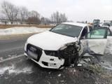 Opole. Na obwodnicy Audi uderzyło w stara i naczepę ciężarowego mercedesa