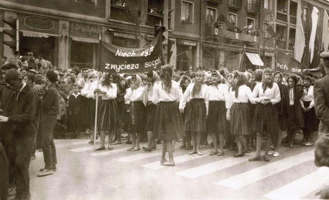 W okresie PRL-u uroczyście obchodzono święto 1 Maja, czyli Święto Ludu Pracującego. W latach 1945-1989 obchodom towarzyszyła bogata oprawa propagandowa. Uczestnictwo w pochodach było masowe, prezentowano na nich dokonania krajowej produkcji i hasła o treści politycznej. Uroczystościom przewodniczyły władze partyjne.  >>>Więcej zdjęć na kolejnych slajdach.