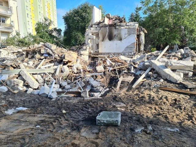 Tak wygląda teren po wybuchu gazu w domu przy ul. Wybickiego w Toruniu. Więcej zdjęć na kolejnych slajdach >>>>  Zdjęcia z akcji strażaków bezpośrednio po wybuchu można obejrzeć >>>> TUTAJ