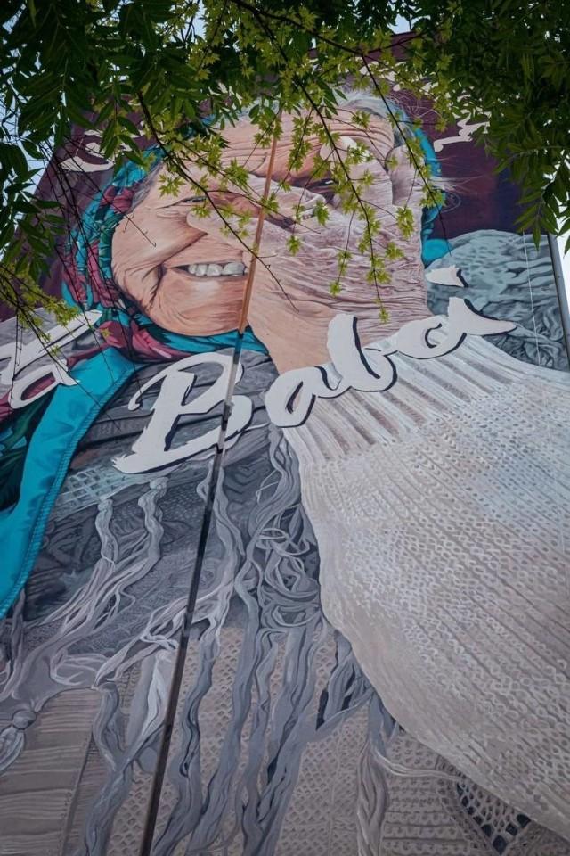 """Od jakiegoś czasu można zauważyć,, że powstaje coraz więcej dzieł sztuki na budynkach w Polsce. Jest to pewnego rodzaju """"muralizacja"""" naszego kraju. Włodarze miast podchodzą do tego tematu coraz bardziej odważniej, decydując się na realizację pomysłów artystycznych nawet w centrum miasta. Gdzie są najlepsze murale w Polsce?  Zobacz na kolejnych slajdach"""