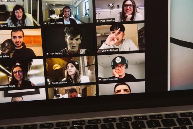 Ze względu na pandemię COVID-19 wiele osób przeniosło swoje życie zawodowe do internetu. Jeżeli zastanawiasz się, jak spotkać się z klientem online, gdzie zorganizować spotkanie zespołu lub jak zabrać się za przygotowanie webinaru, zapoznać się z listą 15 aplikacji do wideo rozmów.