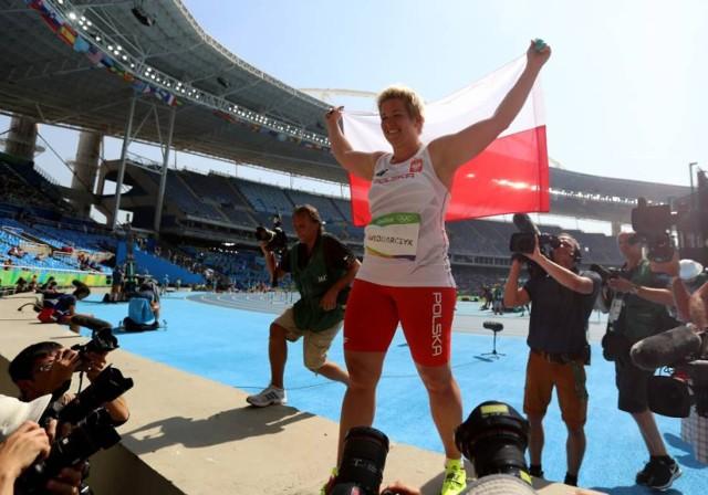 Fenomen na światową skalę, multimedalistka, kolekcjonerka tytułów, najlepsza z najlepszych - to tylko niektóre z określeń opisujących Anitę Włodarczyk.  Zawodniczka urodzona w Rawiczu to prawdziwy sportowy tytan. Przypomnijmy, że Anita Włodarczyk jest dwukrotną złotą medalistką igrzysk olimpijskich, czterokrotną mistrzynią świata oraz wielokrotną rekordzistką świata, Europy i Polski w rzucie młotem.  Zawodniczka zapisała się również na kartach sportowej historii Warszawy, broniąc barw stołecznej Skry w latach 2011-2019. W stolicy uzyskała również dyplom magistra w Wyższej Szkole Edukacji w Sporcie w Warszawie.   W Tokio po raz kolejny powalczy o najwyższe cele. Zmagania rozpocznie 1 sierpnia o godzinie 2:10 czasu polskiego