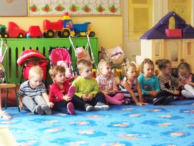 Dzieci z Publicznego Przedszkola nr 2 im. Cz. Janczarskiego podczas uroczystości zakończenia roku szkolnego w żłobku.