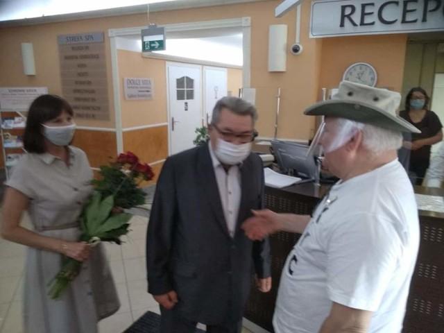 Lech Wałęsa został powitany przez pracowników sanatorium kwiatami