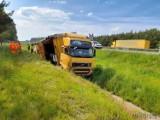 Wypadek na autostradzie A4. Ciężarówka z naczepą wypadła z jezdni i przewróciła się na bok