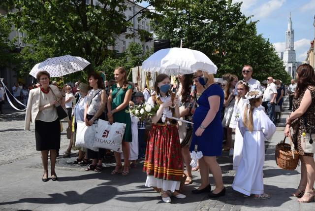 W promieniach słońca przeszła miejska procesja eucharystyczna w Białymstoku