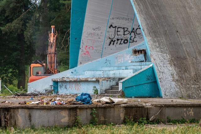 W  Parku Strzeleckim trwa wyburzanie starej zabudowy.