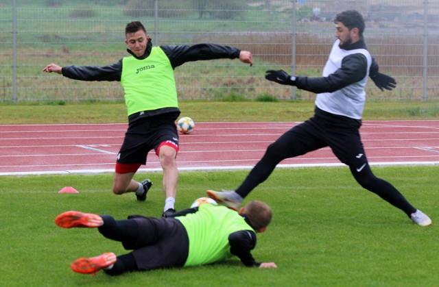 Od kilkunastu dni piłkarze Bytovii trenują w grupach