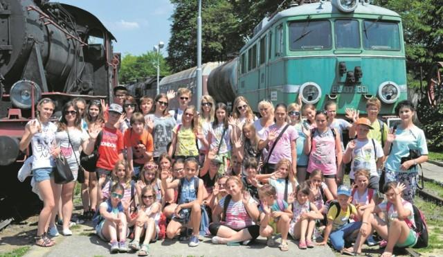 """Stoją na stacji dwie lokomotywy... Przejażdżka """"pociągiem retro"""" z Chabówki do Kasiny Wielkiej była jedną z atrakcji zuchowej kolonii."""