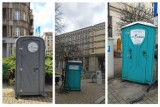 Wątpliwa ozdoba centrum Katowic: toi toie przy głównych ulicach Śródmieścia. Urzędnicy twierdzą, że to przez... koronawirusa