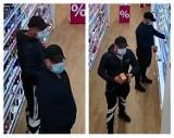 Kradzież w drogerii w Pruszczu. Policja poszukuje tych mężczyzn. Rozpoznajesz ich?