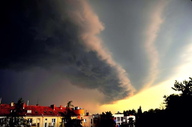 W środę, 30 czerwca, pogoda może być niebezpieczna. Uwaga na burze z gradem i obfite opady deszczu. W czasie przechodzenia burz spodziewać się należy silnego wiatru