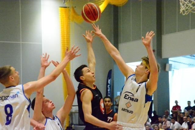 Po emocjonującym meczu o 3. miejsce w Finałach Mistrzostw Polski U17M BC Biofarm Sieraków uległ w derbach Wielkopolski Enei Basketowi Poznań 61:76. Zobaczcie zdjęcia z meczu o brąz!