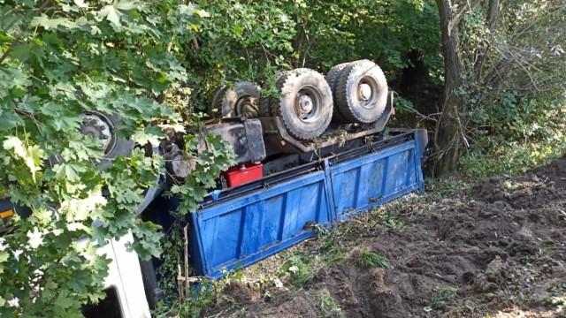 Przewrócona ciężarówka znajduje się poza drogą w Zabawie koło Radłowa