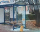 Wandal zniszczył przystanek w Starachowicach. Nagrały go kamery