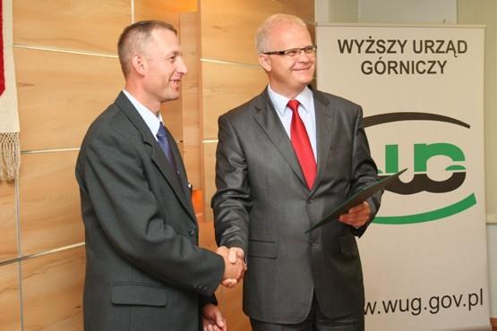 Lesław Jarosz (od lewej) odbiera gratulacje.