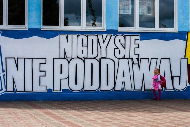 """Stowarzyszenie """"Wiara Lecha"""" przyozdobiło szkołę w Kaźmierzu"""