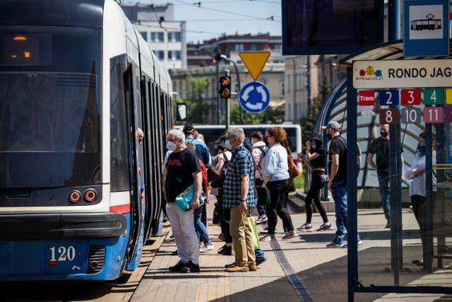 Miejscy kontrolerzy nie wyłapują wszystkich gapowiczów w komunikacji miejskiej, ale profesjonalnej firmy w Bydgoszczy na razie nie będzie.