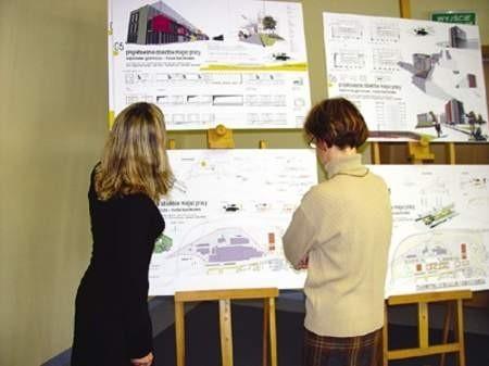 Łucja Moskal i Lucyna Stępniewska oglądają projekty młodych architektów z politechniki.