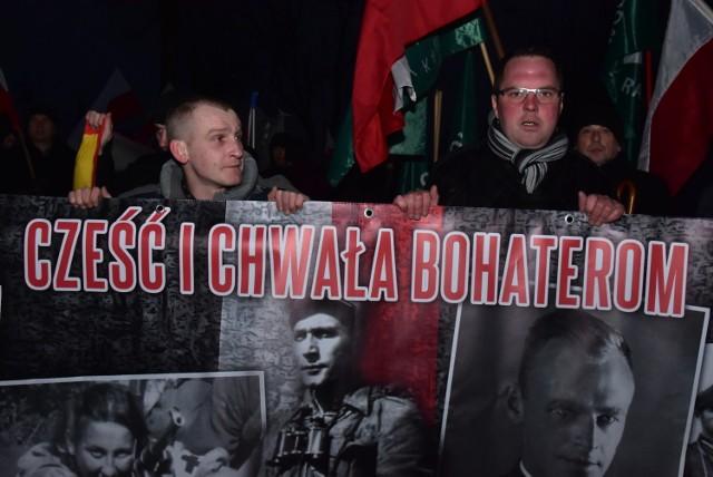 """Podczas tegorocznego Marszu Żołnierzy Wyklętych w Hajnówce na jednym z głównych banerów znów pojawił się wizerunek """"burego"""""""