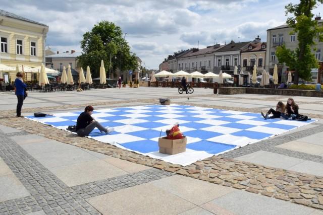 To był wyjątkowy turniej szachowy. Z okazji Dnia Dziecka i w ramach Budzenia Sienkiewki, walkę na szachownicy stoczyły żywe figury. Organizatorem rozgrywki na Rynku w Kielcach był Katolicki Międzyszkolny Klub Szachowy VIKTORIA KOMPLEXBUD, a w rolę żywych figur wcielili się uczniowie Zespołu Szkolno – Przedszkolnego numer 1 w Kielcach i Szkoły Podstawowej numer 9.  Zobacz więcej na kolejnych slajdach >>>