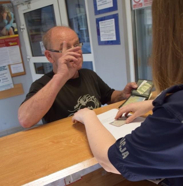 41-letni mężczyzna portfel przyniósł do dyżurnego kłodzkiej komendy policji.