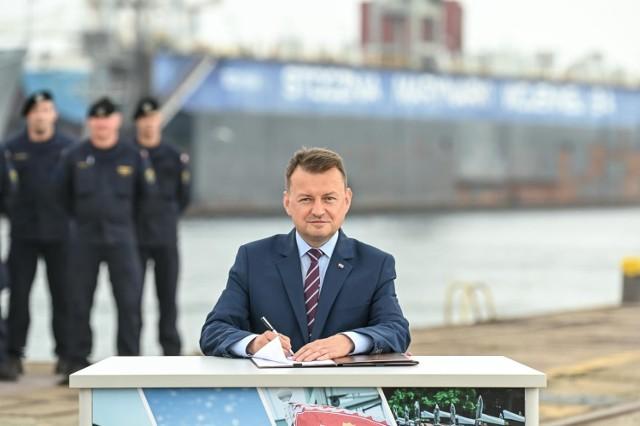 """Umowę na fregaty """"Miecznik"""" podpisał w Gdyni Mariusz Błaszczak, minister obrony narodowej"""