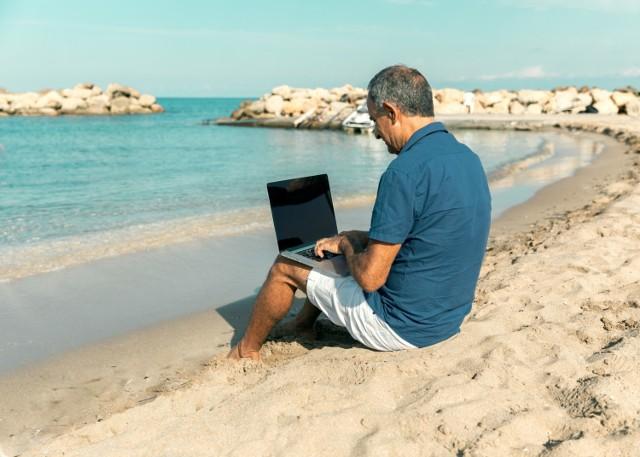 Ludzie przenoszą się do innych krajów, pracują na co dzień, a w wolnych chwilach podróżują.