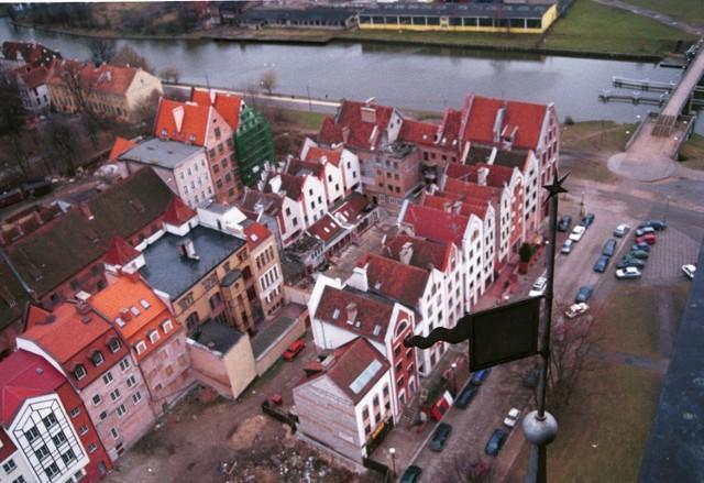 Na zdjęciu widok na rozbudowywaną elbląską starówkę - styczeń 1999 r.