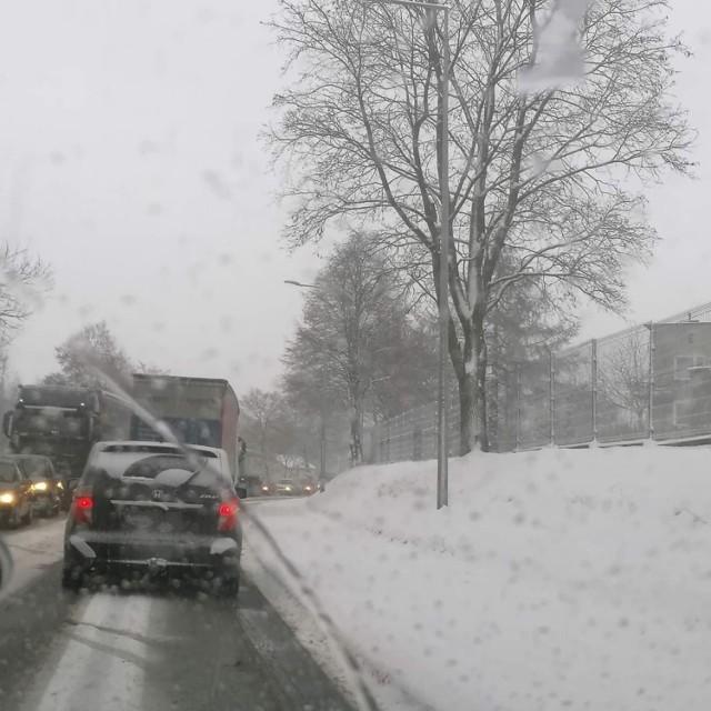 Pierwsze opady śniegu spowodowały, iż zablokowany jest fragment DK78 na wysokości Góry Żerkowskiej.