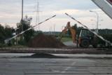 Remont przejazdu kolejowego na ul. Raszkowskiej. Ruch kołowy wstrzymany do końca sierpnia! [ZDJĘCIA]