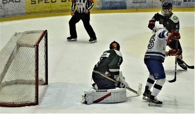 Ekstraklasa hokejowa: Re-Plast Unia Oświęcim pokonała Naprzód Janów 5:0. Na zdjęciu: Siemion Garszyn zdobywa pierwszą bramkę dla oświęcimian.