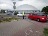 Wypadek w Opolu. Kierowca hyundaia potrącił pieszą przechodzącą przez pasy na wjeździe do sklepu Lidl przy ul. Okulickiego