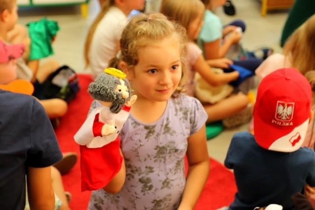 """Dzieci z Przedszkola Chatka Misia w bibliotece na przedstawieniu z pacynkami """"Bajki, bajeczki…"""""""
